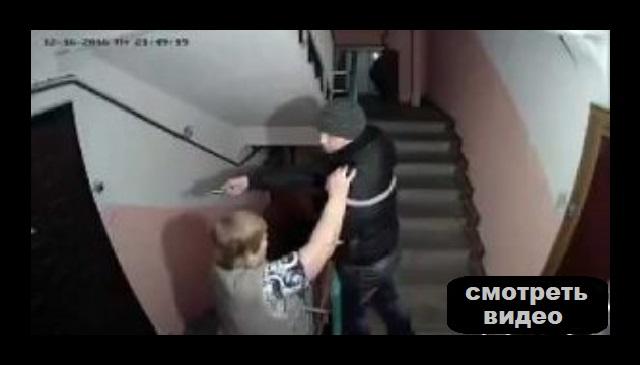 Эта запись с видео камеры в подъезде взорвала интернет.